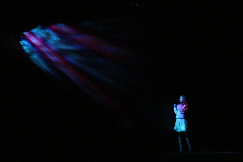 nő egyedül a színpadon